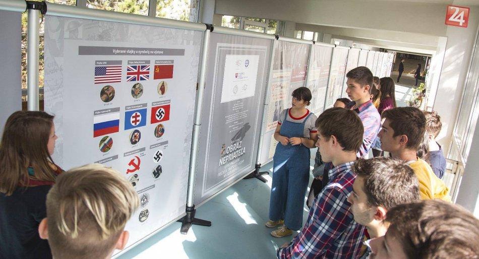 Propaganda z čias 2. svetovej vojny na chodbách bystrického gymnázia