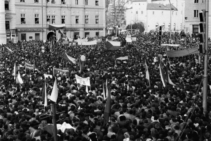 Ilustračný obrázok k článku Fotospomienky na november 1989: Unikátne zábery z Generálneho štrajku na bystrickom námestí